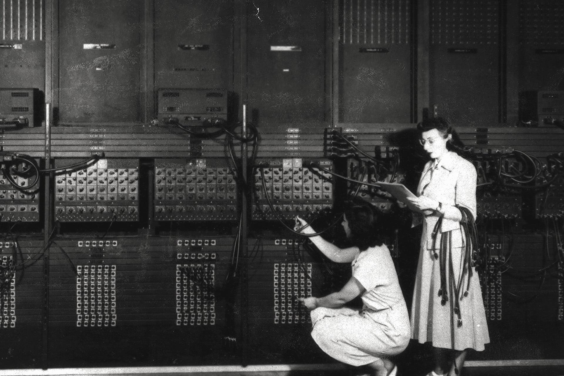 Den Röhrencomputer ENIAC zu programmieren, bedeutete, ihn fortlaufend neu zu verkabeln